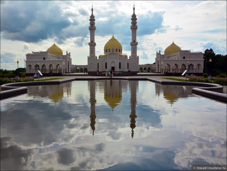 «Белую мечеть» считают архитектурной жемчужиной современного Татарстана. При строительстве использовалось более тысячи двухсот тонн мрамора. Здания мечети выстроены в виде каре. Между ними расположена открытая площадь – мусалла, площадь которой 1500 квадратных метров.