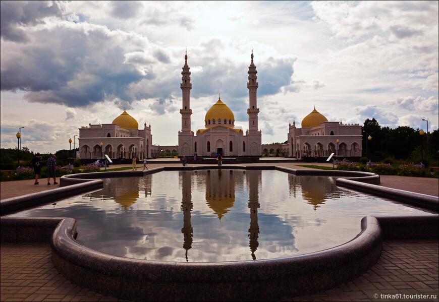 На маршрутке я подъехала к Белой Мечети, которая находится   в районе Южных ворот, достаточно далеко от  Соборной Мечети и Памятного Знака.
