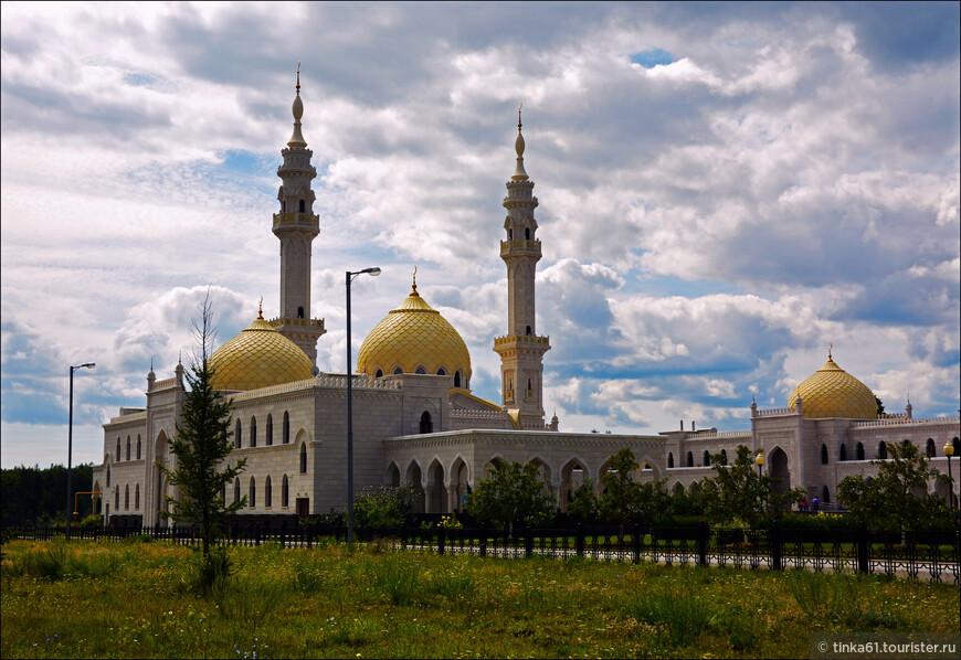 Здание мечети увенчано тремя куполами и двумя минаретами. Барабан главного купола украшен шестнадцатью витражными окнами. Минареты возведены в соответствии с классическим стилем минаретов мединской Мечети Пророка. В свое время на этом настаивал Минтимер Шаймиев, говоря, что хотел создать мечеть, подобную мединской, но более уютную и менее масштабную.