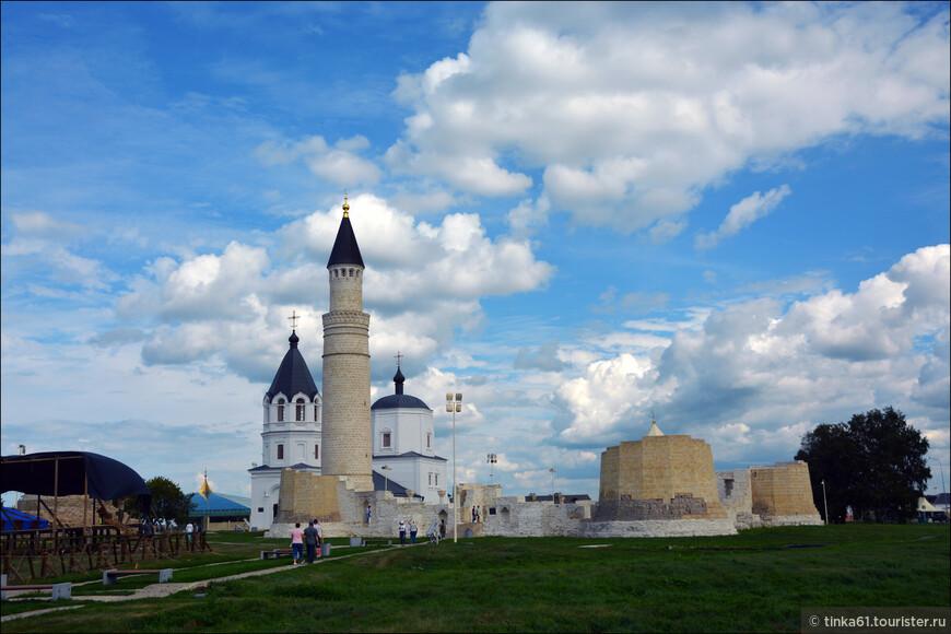 Строительство Соборной мечети начали сразу после монгольского завоевания Волжской Булгарии. Полностью возведена мечеть была в 60-е годы XIII века. В те времена она выполняла роль главного сооружения в городе и была призвана воплощать в себе всю мощь своего государства и все величие ислама.