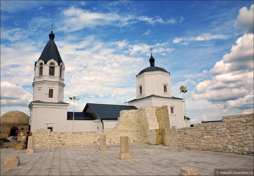 Церковь Успения Пресвятой Богородицы.Христианский храм очень оригинально смотрится между мусульманских руин, но  по большому счёту  совершенно не портит общую атмосферу городища.