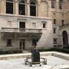 Скульптура  вакханки с младенцем Мак-Муниса в патио Бостонской библиотеки. Экскурсия по Бостону с Ярославом Бондаренко.