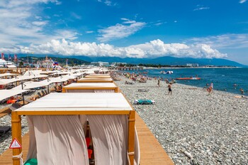 На курорте Роза Хутор открывается пляжный сезон