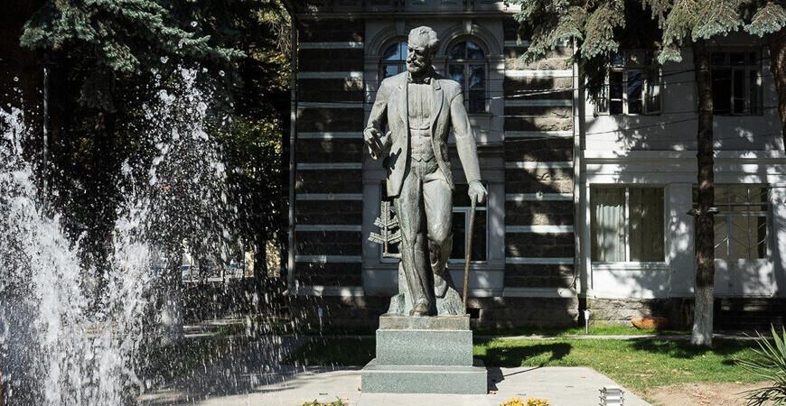 Памятник П.И.Чайковскому в Боржоми