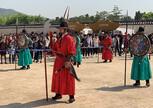 Развод караула на территории дворца Кёнбоккун