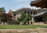 На территории дворца Токсугун
