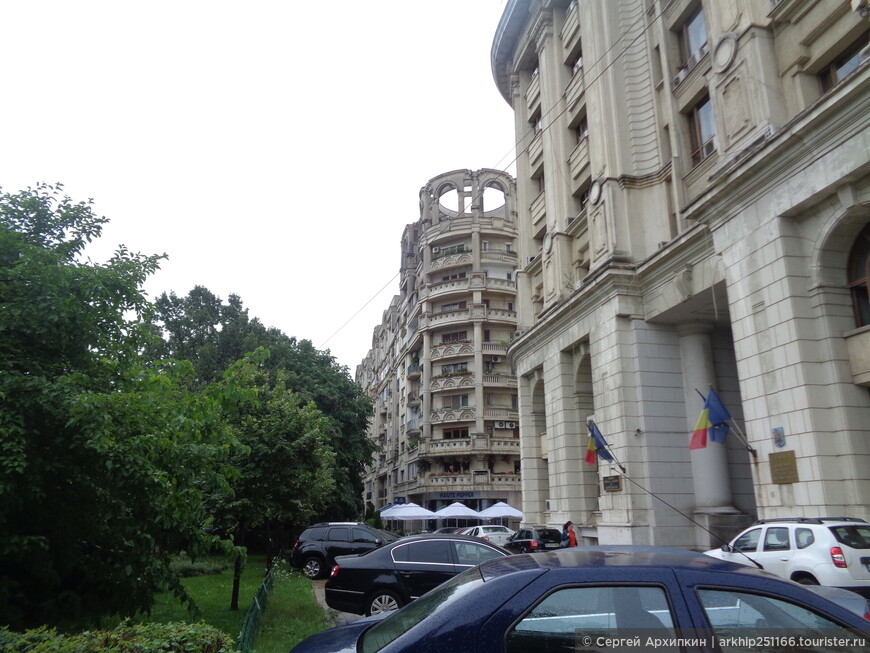 В Бухаресте много самых различных архитектурных стилей.
