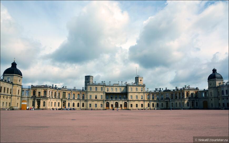 Большой Гатчинский Дворец расположен  на холме над Серебряным озером, и сочетает в себе мотивы средневекового замка и загородной резиденции. Дворец был одним из любимых мест отдыха царской семьи.