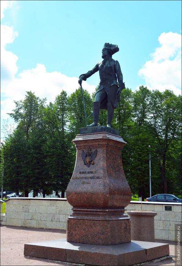 """Перед главным входом во дворец можно увидеть памятник Павлу Первому, при котором в конце 18 века была произведена серьезная престройка дворца для придания ему  более сурового """"кропестного"""" вида."""