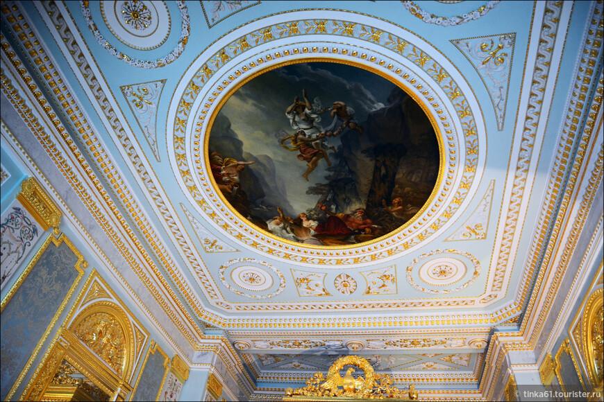 """Потолок опочивальни украшает плафон """"Свадьба Психеи"""". Это искусная копия, оригинал, как и многое другое,  был уничтожен во время Второй Мировой."""