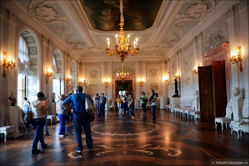 Белый  Зал. Самый большой из парадных залов центрального корпуса. Служил для проведения балов, концертов, здесь придворные ожидали аудиенций императора и императрицы.