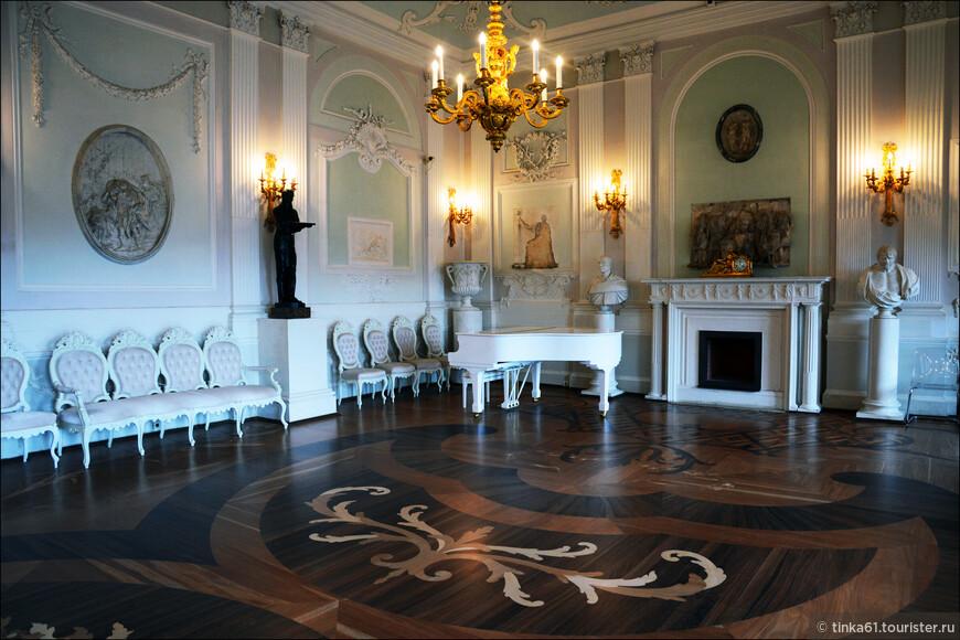 Белый Зал это самое большое парадное помещение (250 кв.м.), занимающее центральную часть дворца.