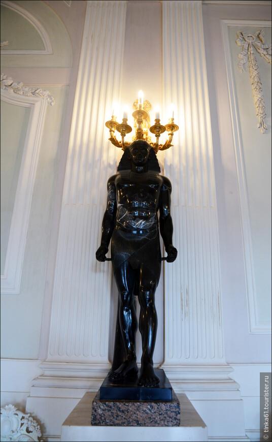 К  исторической коллекции Белого Зала  относятся статуи Антиноя в египетском одеянии и жреца с жертвенным подносом, исполненные из черного мрамора (ХVIII век).