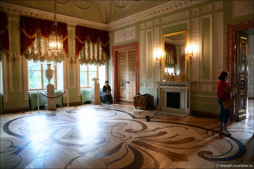 Аванзал открывает анфиладу парадных помещений. Предназначался для приёма гостей, ожидавших Высочайшего выхода. Здесь происходил развод военного караула для охраны дворца.