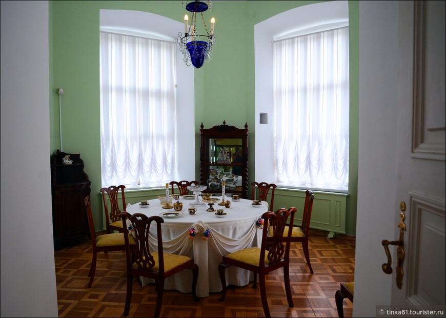 Столовая. Экспозиция зала передает образ Столовой императора Николая I. Стол сервирован предметами из Кобальтового сервиза — одного из самых известных сервизов Гатчинского дворца.