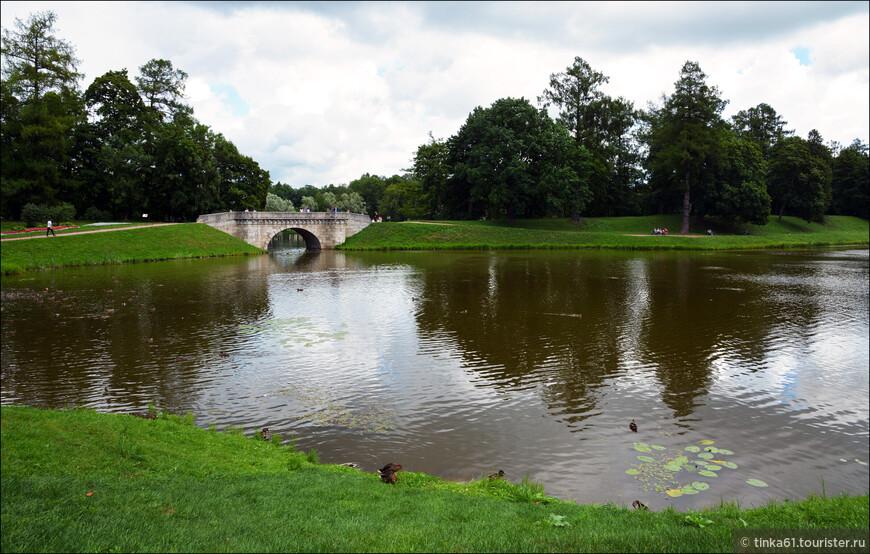 Карпин Мост переброшен через искусственный каскад между Карпиным прудом и Белым озером.