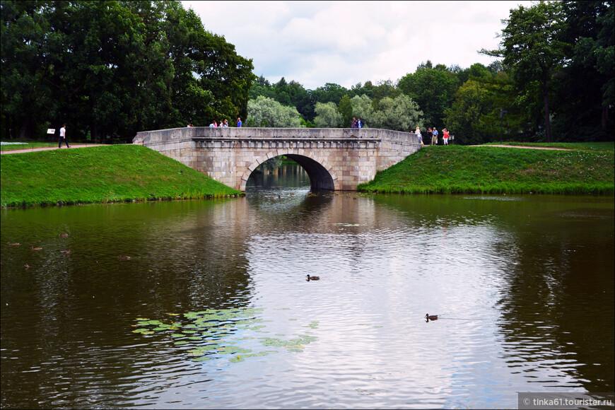 Мост стилистически весьма эффектно дополняет строгий облик Гатчинского дворца. Был разрушен в годы войны, и вновь воссоздан в 80-годы ХХ века.