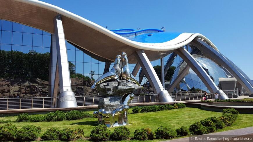 Справа - главный вход главного корпуса океанариума