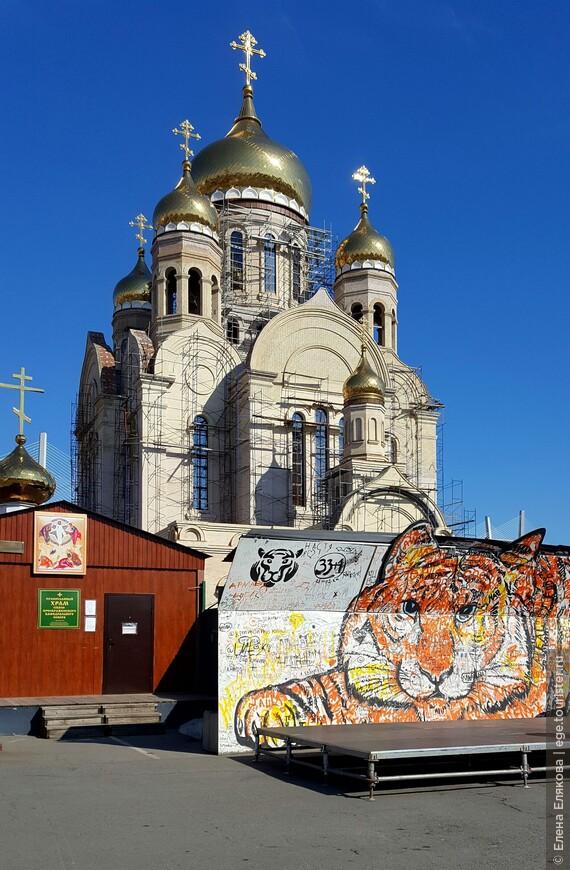 Спасо-Преображенский храм ешё достраивается, открыта эта маленькая временная церковь, где даже шла служба.