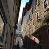 Тоскана, Пистойа, узкий средневековый переулок, виднеется колокольня кафедрального собора Святого Якобо, экскурсии по Флоренции и Тоскане с частным индивидуальным гидом на русском языке