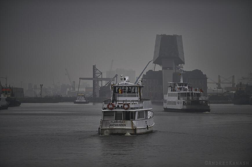С апреля по октябрь в порт ходят туристические кораблики
