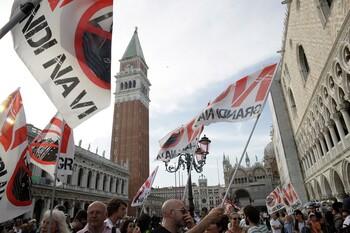 Жители Венеции протестуют против круизных судов