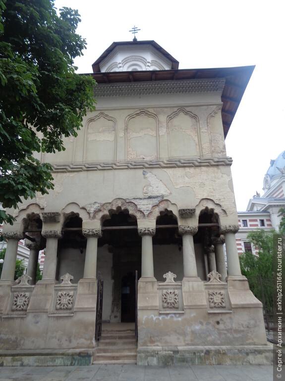 Церковь трех иерархов была построена в 1702 году