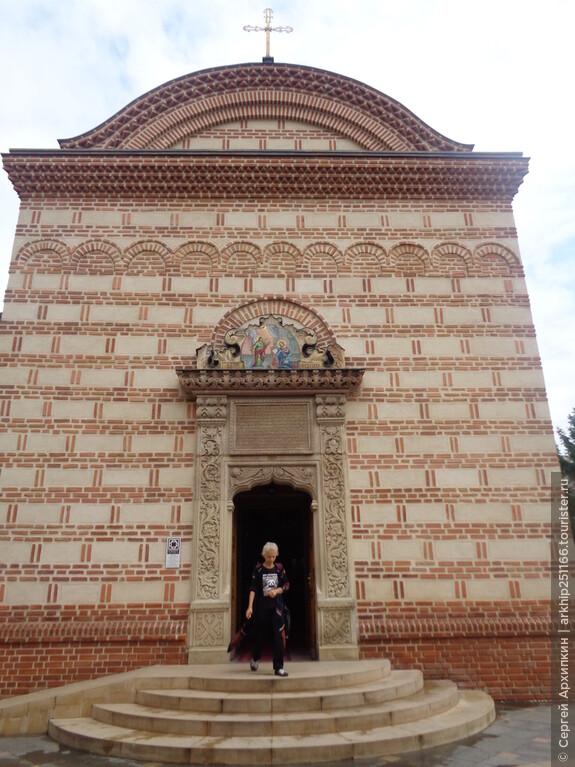 Главный вход в церковь