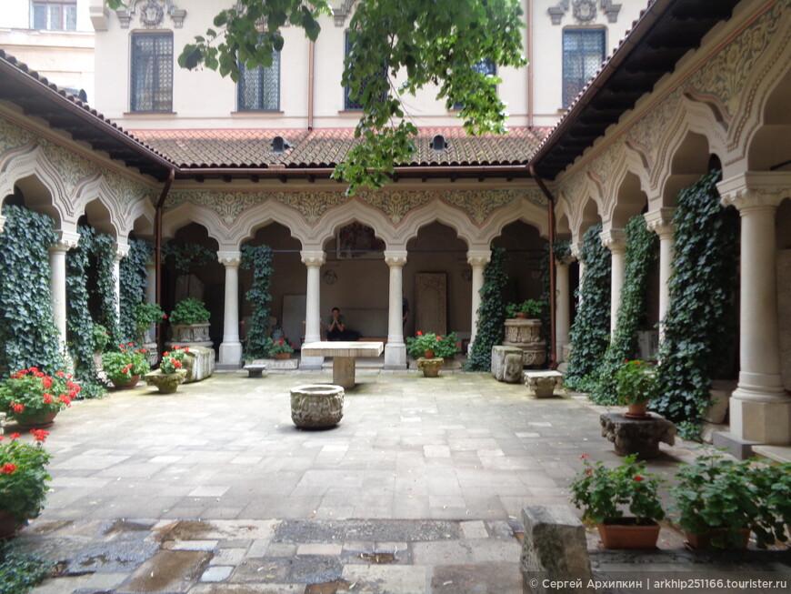Внутренний дворик церкви