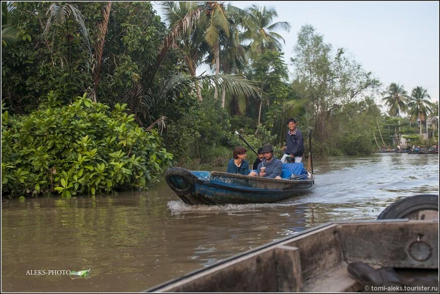 Почти такая же лодка, как у нас... Туристы попивают колу... Им подавай фруктов и зрелищ... Местные рады стараться...