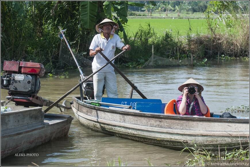 Пора ввернуться в лодку... А вот наш штурман с веслами... Терпеливо выжидает - все оплачено - ему главное очередной рабочий день за веслами и мотором продержаться... дело привычное...