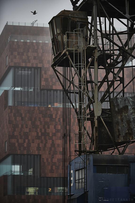 Старый паровой красн на фоне нового городского музея МАС, наверху бесплатная смотровая площадка
