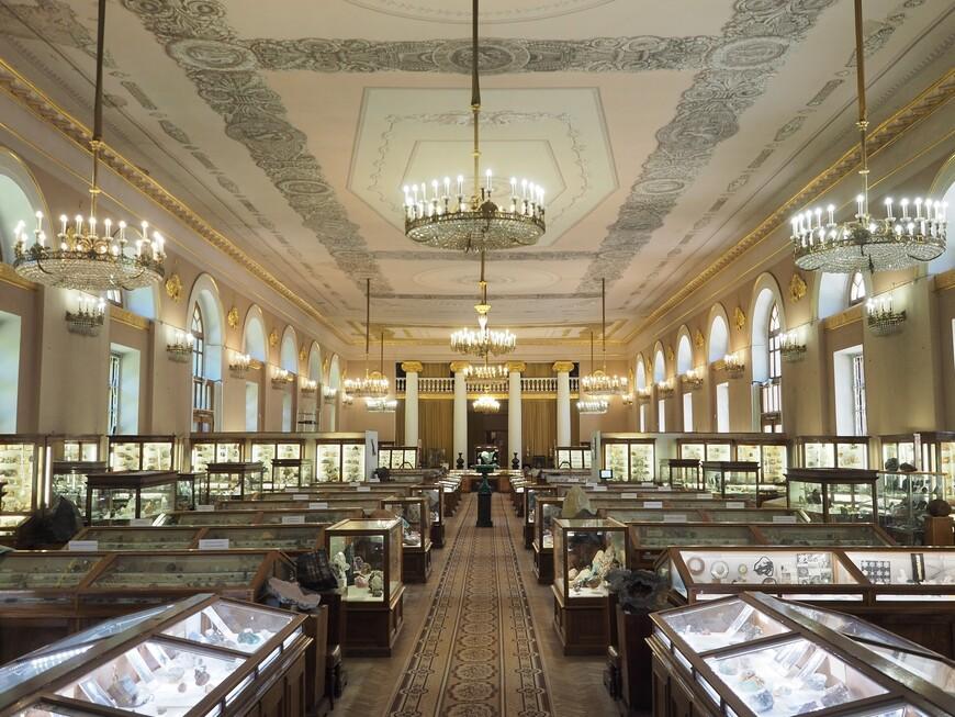 Общий вид зала Минералогического музея Ферсмана. Заявлено, что всего экспонатов, то бишь камней, в музее более 150 тысяч, многие в запасниках.