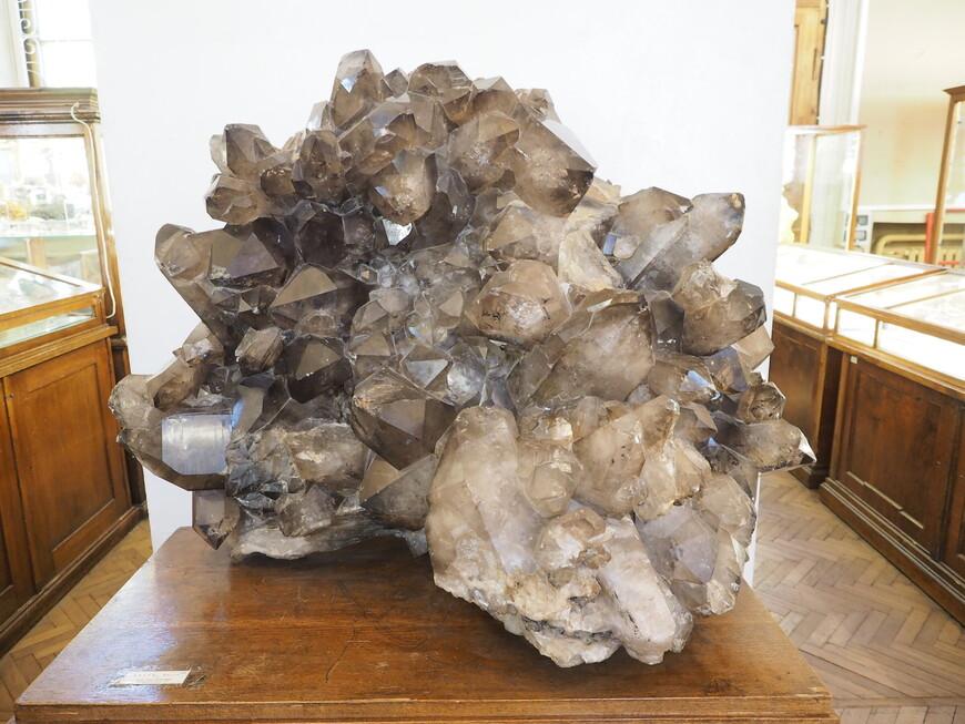 Это уникальный образец короля минералов - кварца. Кварцу посвящена специальная тематическая экскурсия, которую можно заказать в музее.