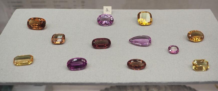 Обработанные камни, т.н. граненые вставки из топаза, переданные музею Агафоном.