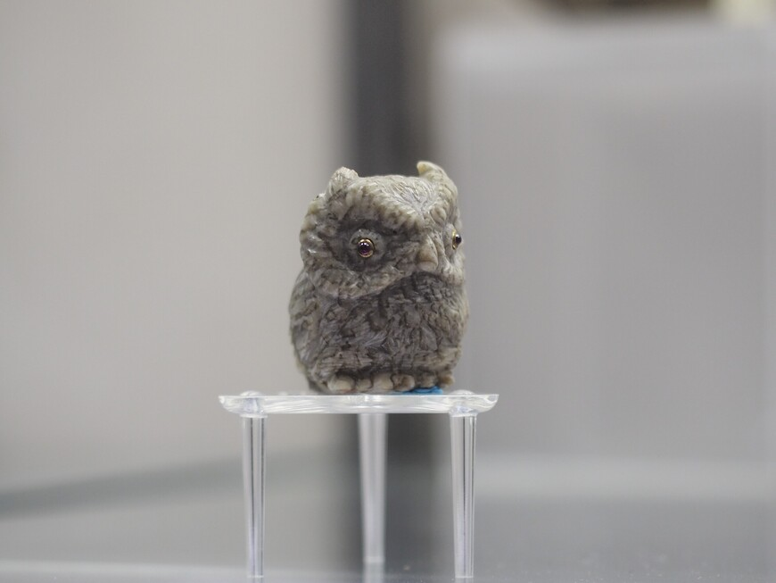 А эта грустная каменная сова выглядит как живая. Изготовлена из мелкозернистого письменного гранита (пегматита). Глазки - всё те же рубины в золоте.