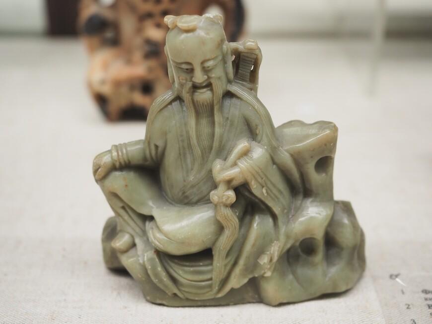 Камнерезные мастера Фаберже были далеко не первые в камнерезном искусстве. Древнекитайская камнерезная фигурка из китайской коллекции музея.