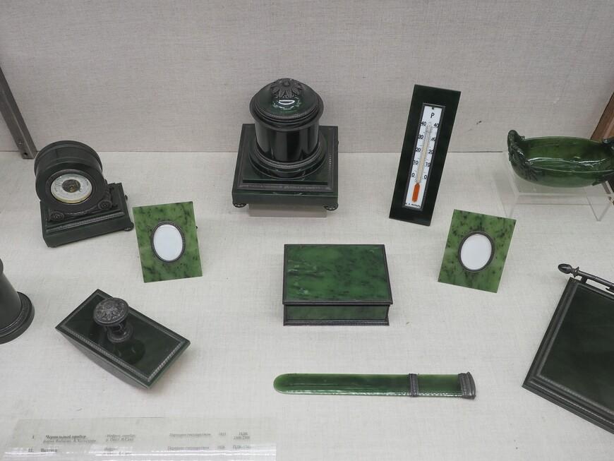 Письменный прибор из 9-ти предметов мастерской Хольстрема - одного из лучших мастеров компании Фаберже. Нефрит, серебро. На каждом изделии личное клеймо мастерской А.Хольстрема.