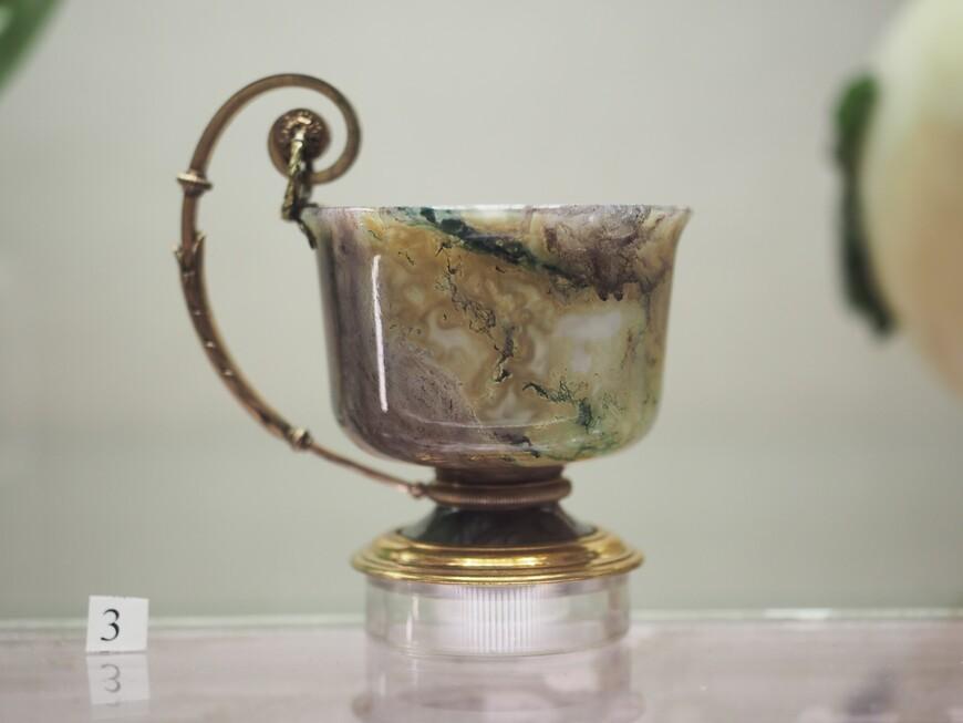 Изящная маленькая чашечка из редкого фиолетово-зеленого агата-моховика с золоченой серебряной ручкой. Изготовлена в мастерской М.Перхина - ещё одного виртуозного мастера компании Фаберже.