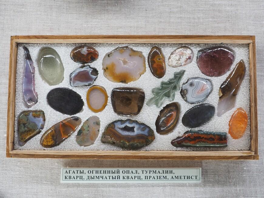 """Коллекция камней Анатолия Коробкова, по жизни авиаконструктора и пилота, по призванию - мастера-камнереза, коллекционера минералов. Всю свою коллекцию, включая """"живопись в камне"""" он завещал Минералогическому музею. Его произведения сегодня занимают почетное место в музее."""
