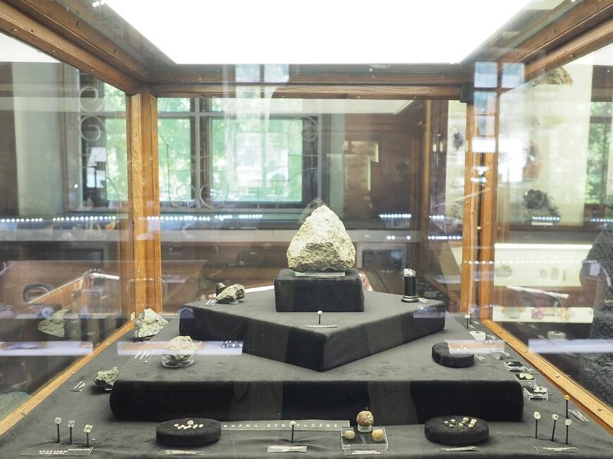 Витрина, посвященная алмазам. Показаны все виды алмазов и представлен кусок кимберлитовой породы, в которой водятся алмазы.