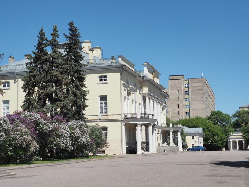Рядом с Минералогическим музеем Ферсмана находится Александрийский дворец, главное здание бывшей усадьбы графа Орлова. Но к нему не подойти, здание за высоченным забором, там находится президиум Академии наук. Ну, конечно же, будут ходить здесь всякие посторонние туристы, фотографировать, мешать работать.