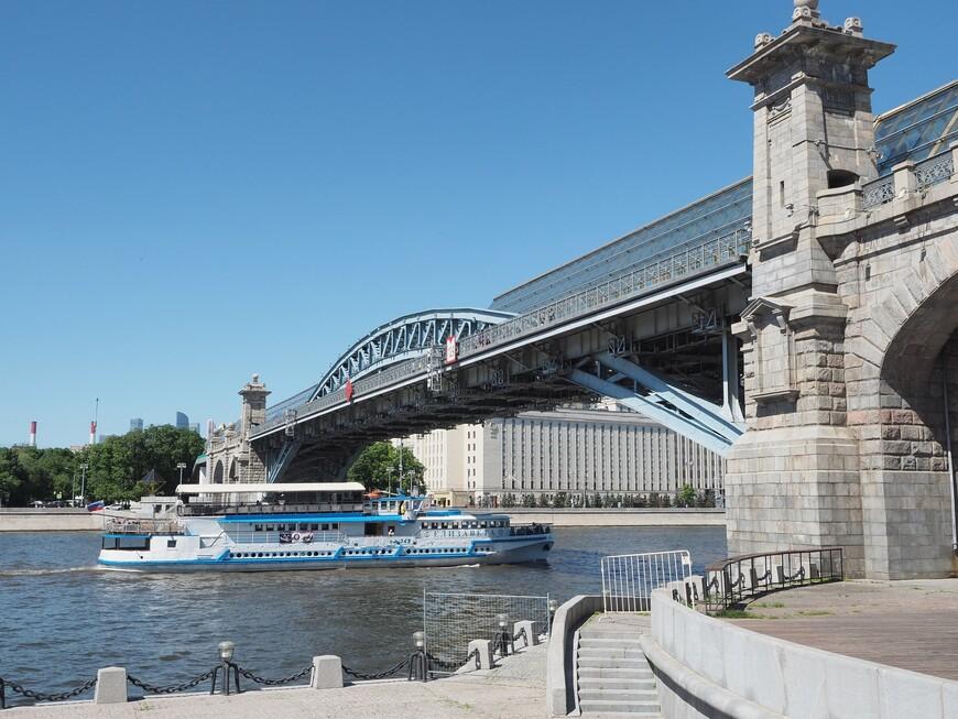 Рядом расположен пешеходный Пушкинский мост. По нему надо обязательно пройтись, если ещё здесь не были.