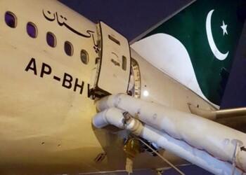 В самолёте пассажирка перепутала двери туалета и аварийного выхода