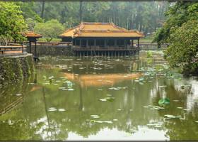 Первое место, которое мы посетили- усыпальница Ту Дука и находится в деревне Дуонг Суан Тхуонг в 8 километрах от города Хюэ. Она построена по проекту императора  Хонг Нгия пришедшего  к власти в  октябре 1847 года и сменившего свое имя на Ту Дук.
