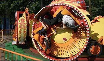 Трое детей упали с аттракциона в парке Сокольники