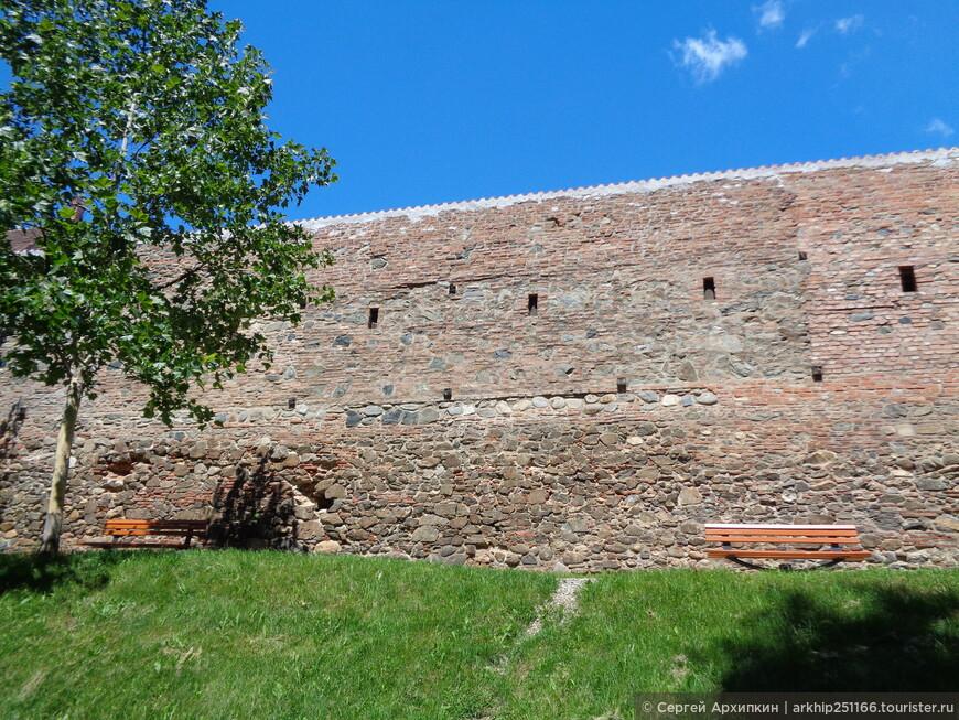 Центр города окружают средневековые стены построенные в 13-15 веках