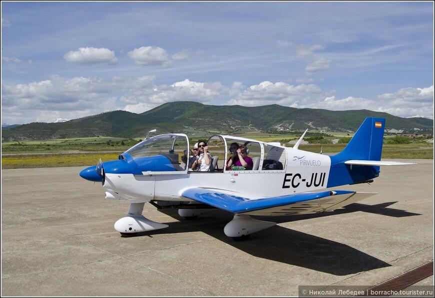 И над ними около города Хака можно полетать на самолете!