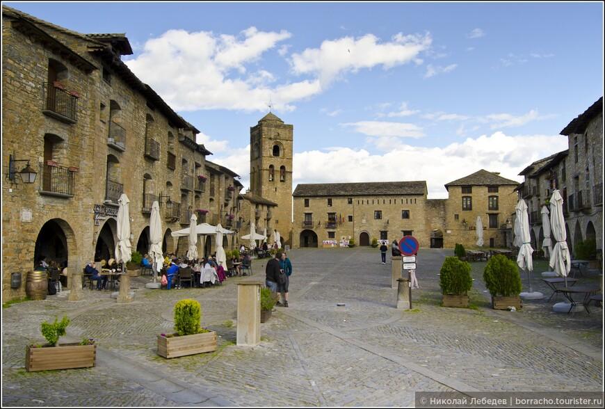 Еще один средневековый городок - Аинса, в котором действует церквушка Санта Марии с колокольней, криптой и внутренним двориком, один из лучших образцов романского стиля в Арагоне.