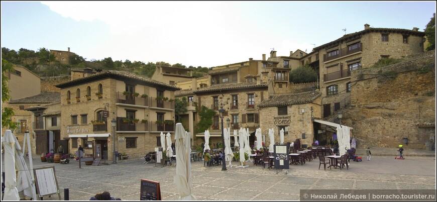Главная площадь с XVI века и по сей день не утратила своей функции — это место встречи местных жителей, здесь проводятся значимые для Алькесара мероприятия, ярмарки.